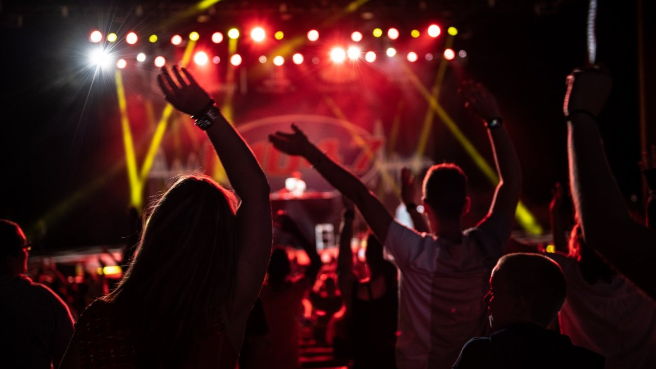 fans raising arms at Bethel Woods concert